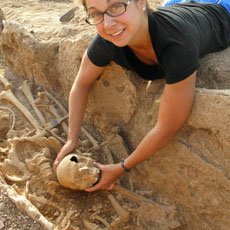 Student with a Roman skull from the Sanisera necropolis